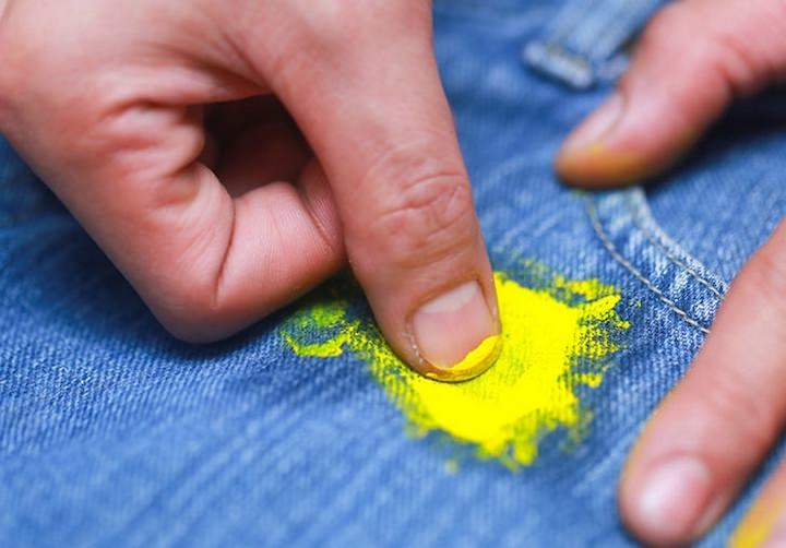 пятна краски на одежде